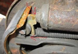 Сжатие тормозных колодок в сторону тормозного цилиндра