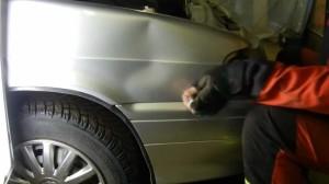 Поврежденное крыло автомобиля