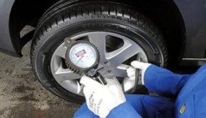 Измерение давления в шине автомобиля