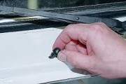 Как заменить форсунку омывателя лобового стекла (на веерную)?