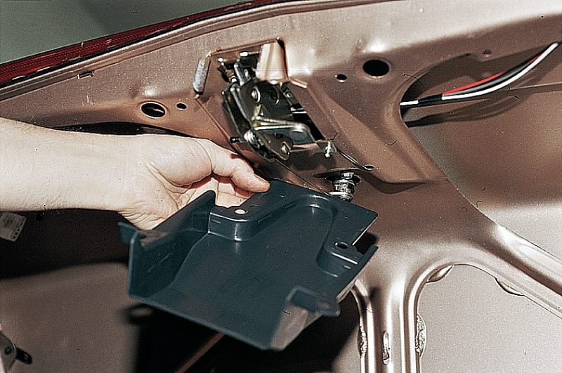 Снятие крышки замка багажника