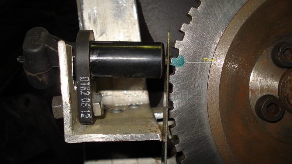 Регулируем зазор от датчика коленвала до зубчатого диска