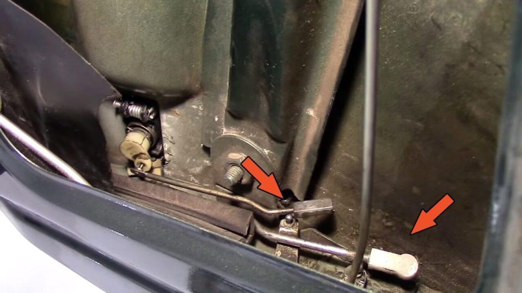Отпорный механизм отсоединяем от внутреннего замка тяги и выключателя замка наружной ручки
