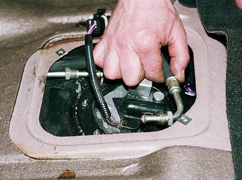 Отсоединяем шланги, через которые проходит бензин
