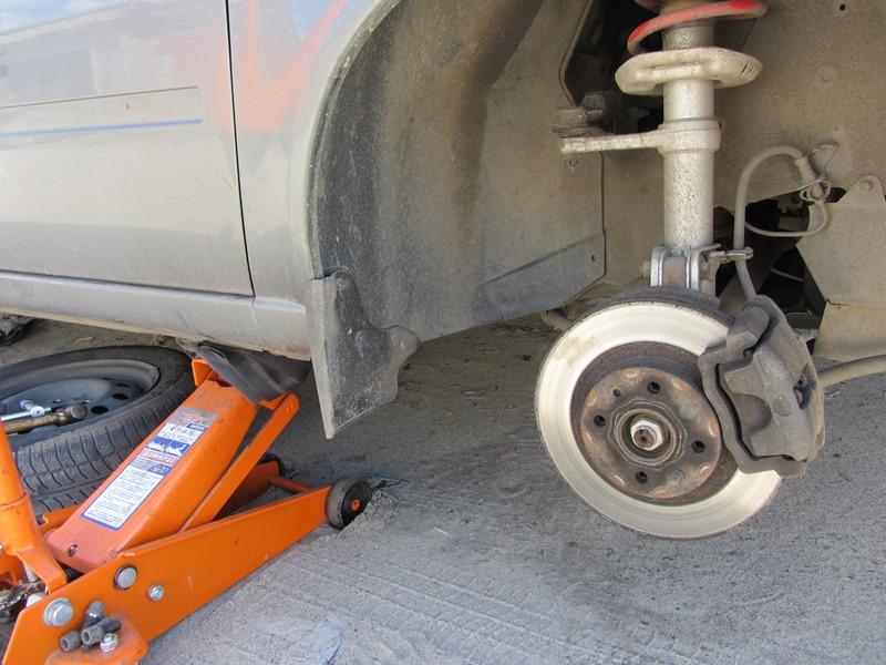Поднимаем переднюю часть автомобиля домкратом