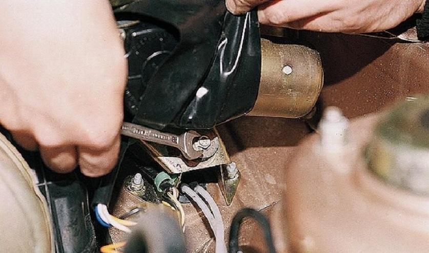 Отворачиваем гайку крепления моторчика стеклоочистителя