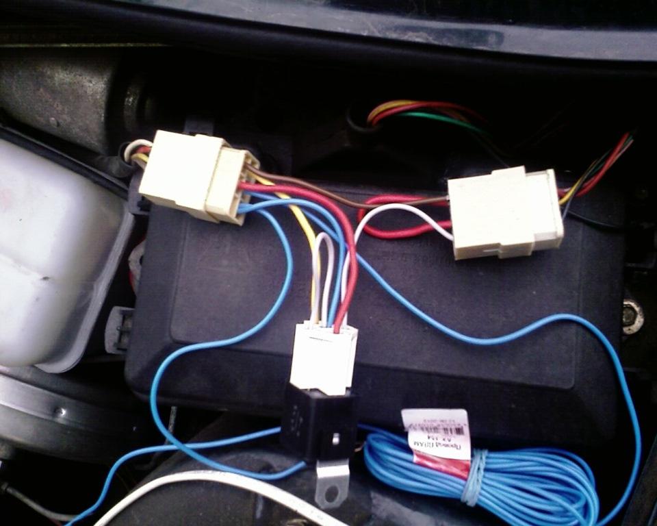 Подключаем жгут проводов к колодке