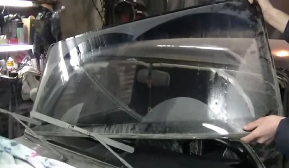 Снимаем старое стекло