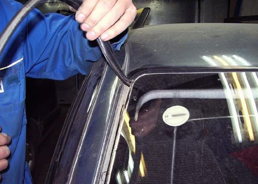 Удаляем уплотнитель лобового стекла