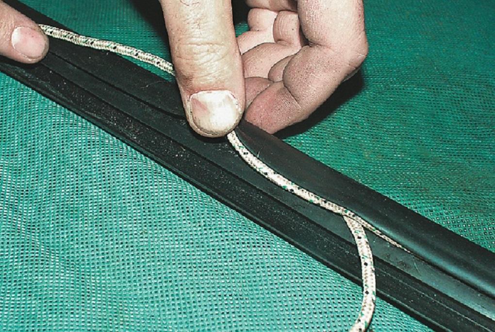 Заправляем веревку в уплотнитель