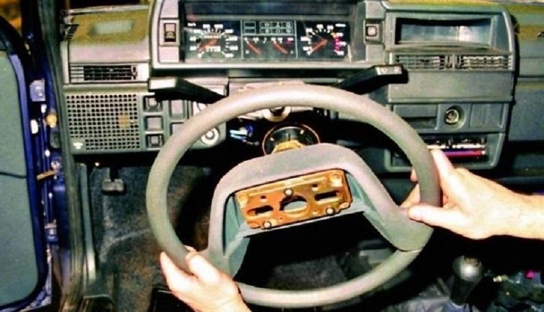 Снимаем рулевое колесо