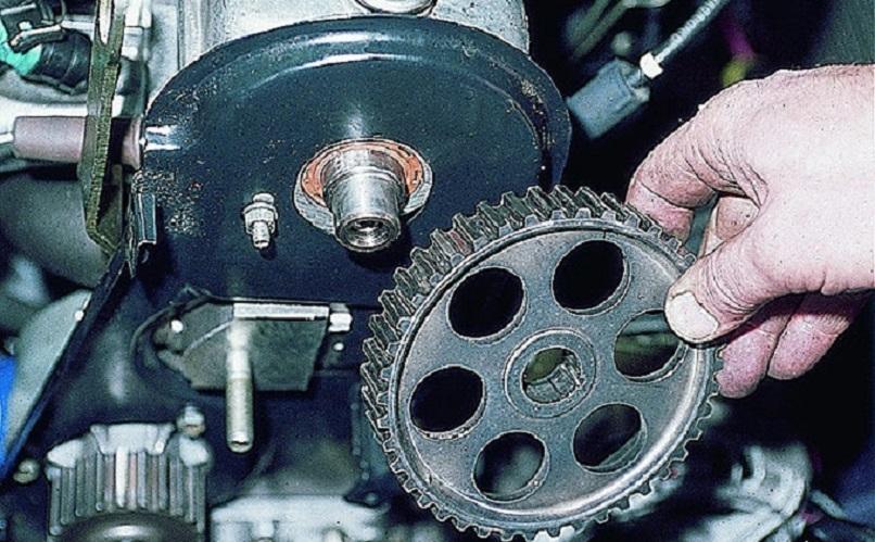 Снимаем шкив с распределительного механизма